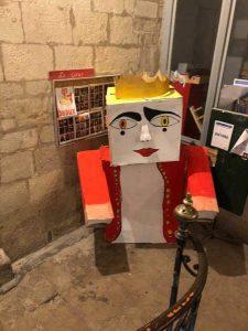 Le bonhomme Carnaval attend dans l'escalier de l'hôtel Baschy du Cayla